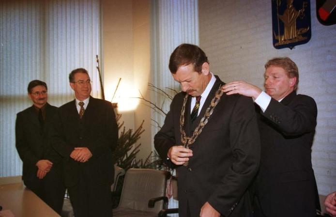 December 1998. Arno Frankfort krijgt de ambtsketen omgehangen door toenmalig loco-burgemeester Jan Kerkhof. Mart Smits (links) en Dré van Heijst kijken toe. Foto Wout van Assendelft