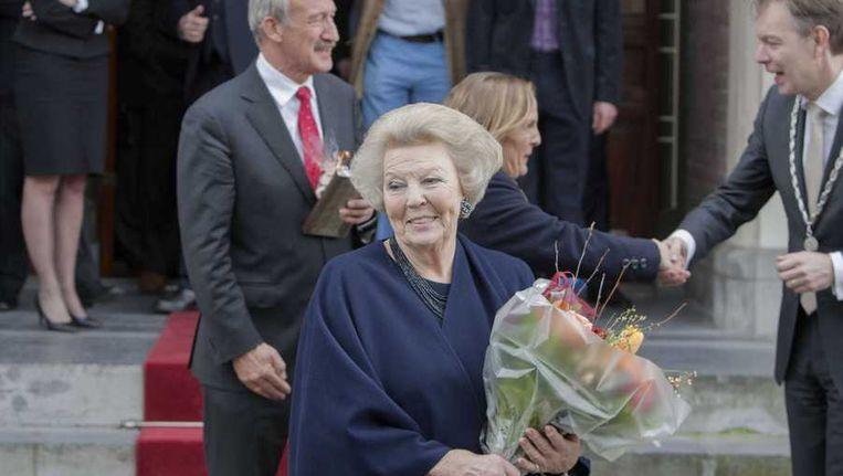 Prinses Beatrix verlaat het stadhuis van Baarn, nadat zij zich officieel heeft laten inschrijven als inwoner van de gemeente Beeld anp