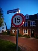Wijkbewoners zijn het zat en plaatsen verkeersborden met de maximumsnelheid van 15 kilometer per uur.