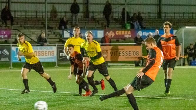 Vitesse'08 mag Bjorn Hendriks dankbaar zijn: met drie penalty's redt hij zijn ploeg