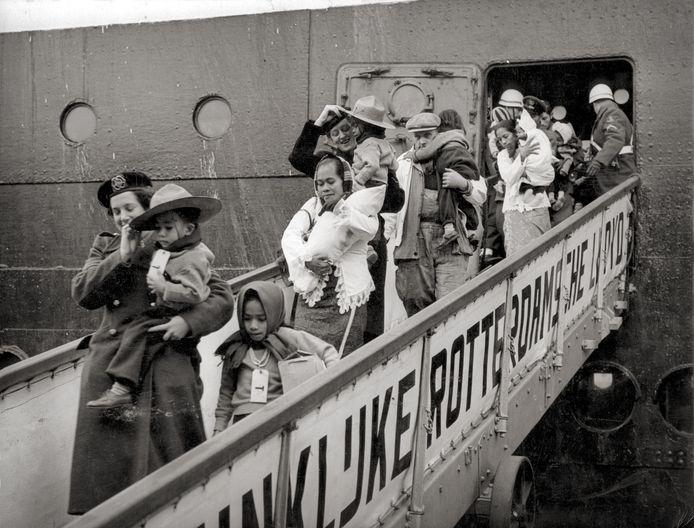 Aankomst van Molukse KNIL-militairen en hun gezinnen in Rotterdam in het voorjaar van 1951.