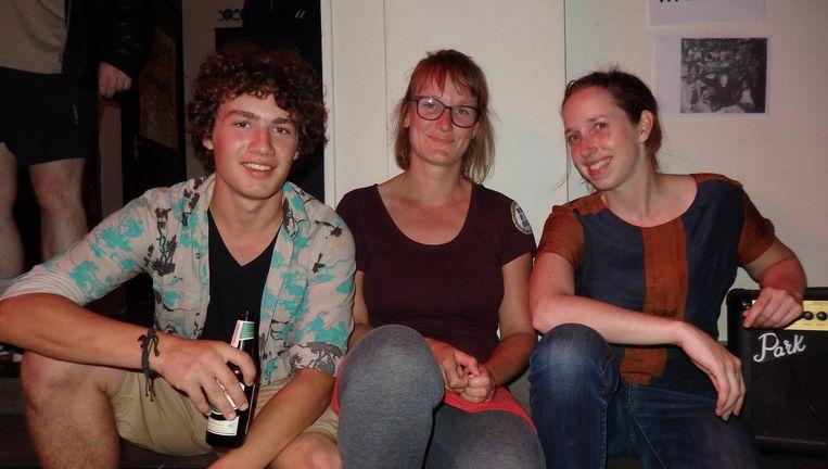 Er zijn er wel degelijk een paar van na 1980: student Noah Elders, aanhanger Sara Best en vrijwilliger Eline Smet. 'Inspirerend, al die oude mensen.' Beeld Hans van der Beek