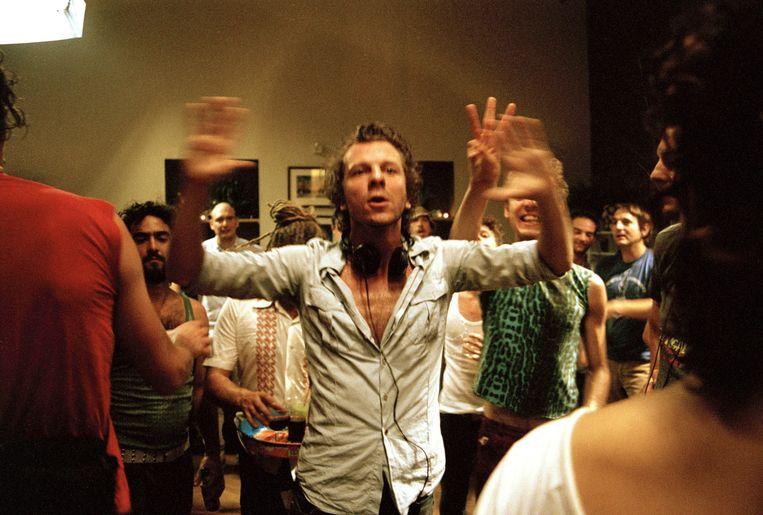 Tom Barman geeft instructies op de set van zijn eerste film. Beeld Cinema Cartoon's
