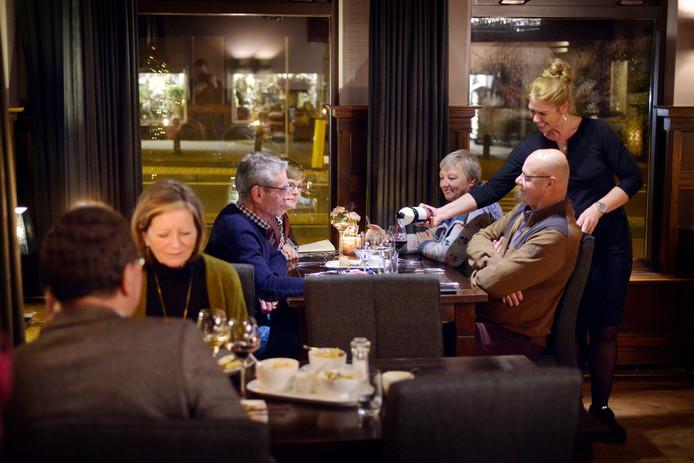 De sfeer bij De Kolenbrander is warm, als in een modern bruin café