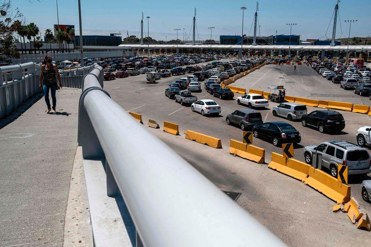 Zelfs tijdens de coronacrisis is het druk bij de Mexicaans-Amerikaanse grens, met forenzen die de VS in willen bij de San Ysidro-grensovergang in Tijuana, Mexico. Beeld AFP