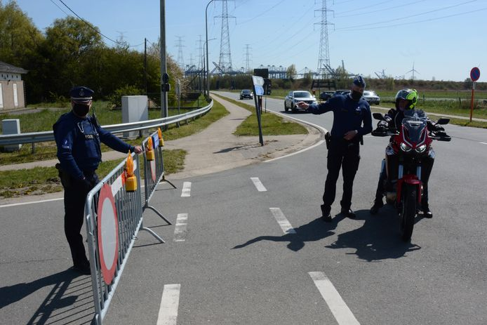 De politie sloot zondagmiddag de toegangsweg naar het dorp af omdat het te druk was.