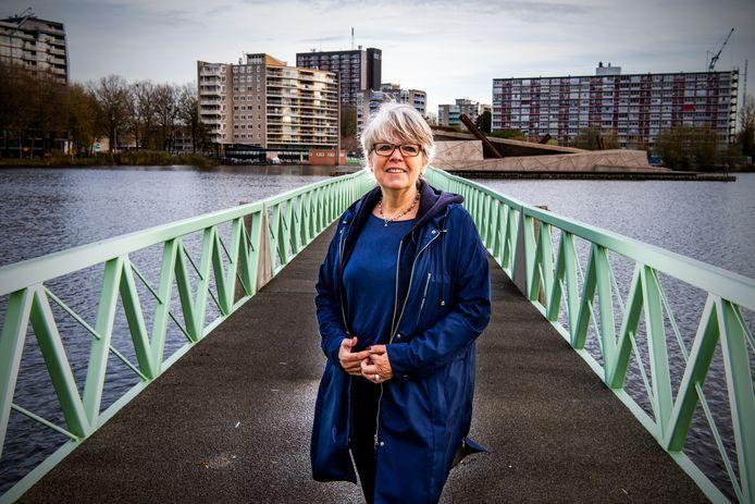 Astrid Bol (61) raakte in 2020 drie keer een nieuwe baan kwijt. Ze zit echter niet bij de pakken neer. 'Ik heb de afgelopen weken zo'n twintig sollicitaties gestuurd.'