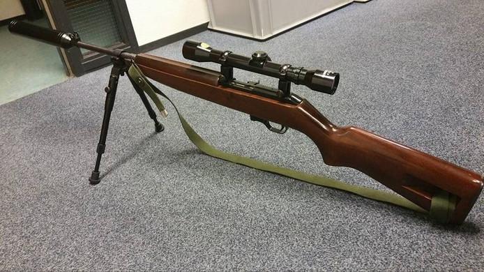 Het geweer, met demper en statief