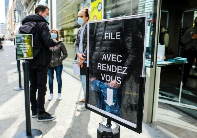 File devant un magasin de vêtements, samedi, à Bruxelles
