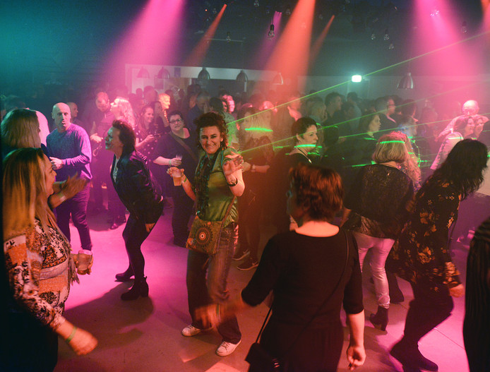 Volle bak tijdens een jaren 70-80 discofeest in Brogum maart 2018.