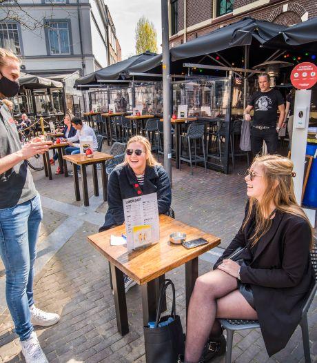 Het stroomt snel vol op het Almelose Amaliaplein: 'Met vriendinnen borrelen hebben we zo gemist'