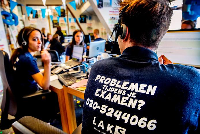 Op de  zolderkamer bij LAKS worden klachten van studenten aangehoord.