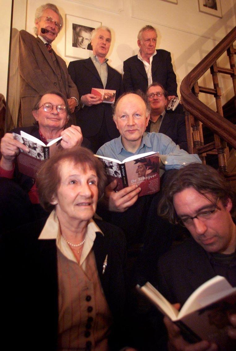 In 2000 in Amsterdam bij de presentatie van 'De schrijver - Een literaire estafette', tussen Harry Mulisch, Adriaan van Dis, Hugo Claus, Remco Campert, Maarten 't Hart, Marga Minco en Joost Zwagerman. Beeld ANP