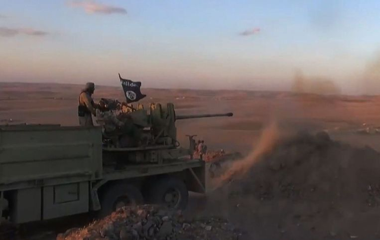 Tv-beelden van een IS-strijder bij Kobane. Beeld AFP