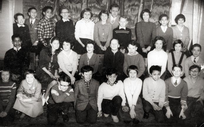 De zesde klas van meneer Spaans in 1959. Op de middelste rij zitten André de Vries en Leo voor wie het klas 7 is.