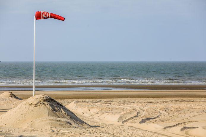 Veel zal er niet gezwommen worden maar deze vlag maakt het zwemverbod nog eens duidelijk