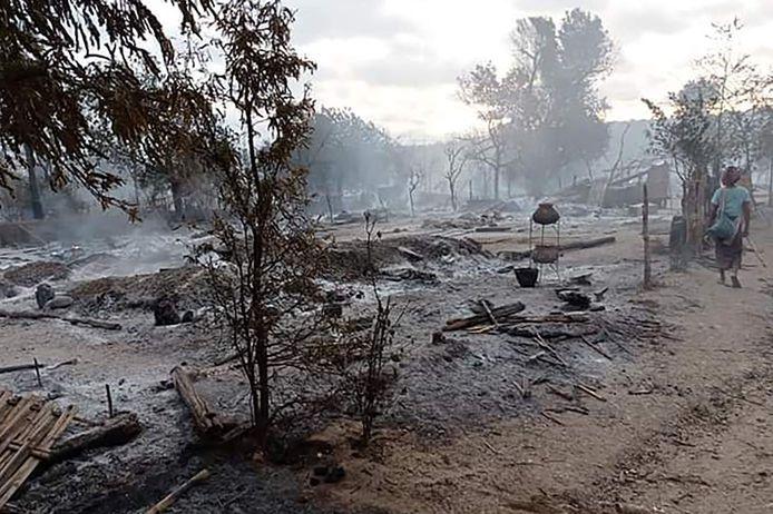 Quelque 1.000 personnes vivaient dans le village de Kin Ma, dans 240 maisons. Après l'incendie, il ne restait plus que 40 maisons.
