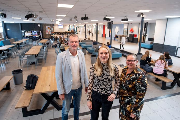 Locatiedirecteur Peter ten Dam en docentenopleider Martijntje Schepel (rechts) doen er alles aan om de kersverse economiedocente Eva Lentferink zich thuis te laten voelen op het Canisius.