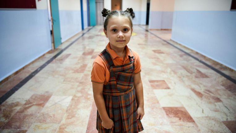 Voor het eerst sinds de mislukte coup in Turkije gingen de leerlingen, zoals dit meisje uit Istanbul, gisteren weer naar school. Beeld afp
