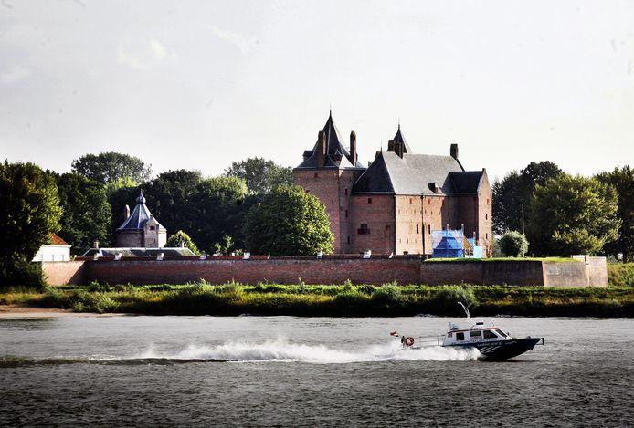 Riveer vaart al jaren met een watertaxi in de regio. Hier passeert de eerste watertaxi die de veerdienst had op de Waal Slot Loevestein.