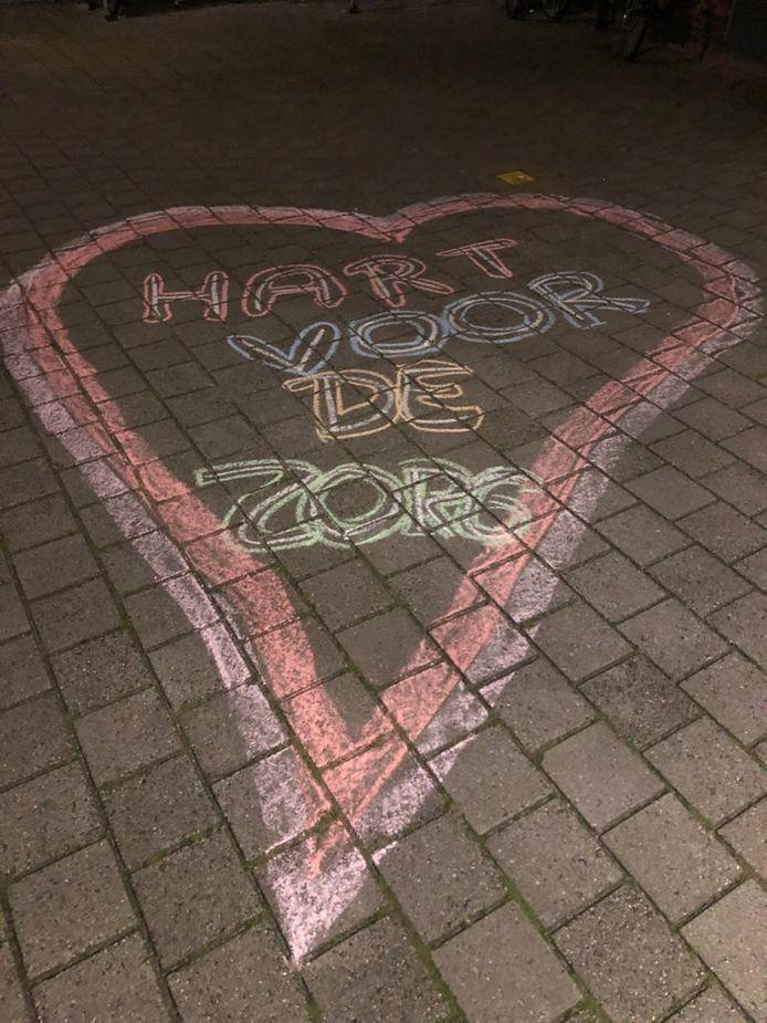 Foto gemaakt bij De Bannenhof in Gorinchem. Dit stoepkrijtkunstwerk is onderdeel van een actie van twee verpleegkundigen van de Rivas Zorggroep. Zij hebben bij verschillende locaties de collega's op deze manier een hart onder de riem gegeven!