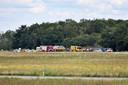 Hulpverleners op vliegbasis Gilze-Rijen bij een zweefvliegtuig dat is gecrasht en waarbij een dodelijk slachtoffer is gevallen. Het ongeluk gebeurde op een militaire vliegbasis, maar het betrof een burgervliegtuig.