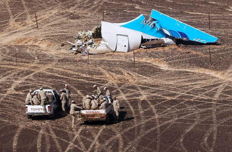 Militairen in Egypte benaderen de staart van het neergestorte Russische toestel in Hassana, Egypte. Beeld ap
