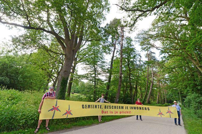 Mariska van Doorn (rode trui) en medestanders uit de Woolder Es maken zich op voor een protest tegen de twee windmolens die in de groene long komen.
