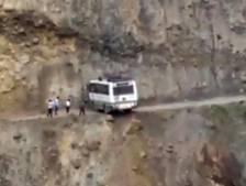 Un bus obligé de faire un demi-tour risqué sur une route de montagne