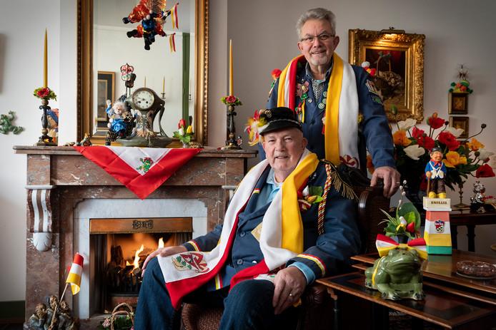 """Charel van Haren en rechts Hans van der Aa in hun versierde huis. ,,We hebben kikkers uit Spanje, Jamaica en Curaçao. We komen ze overal tegen."""""""