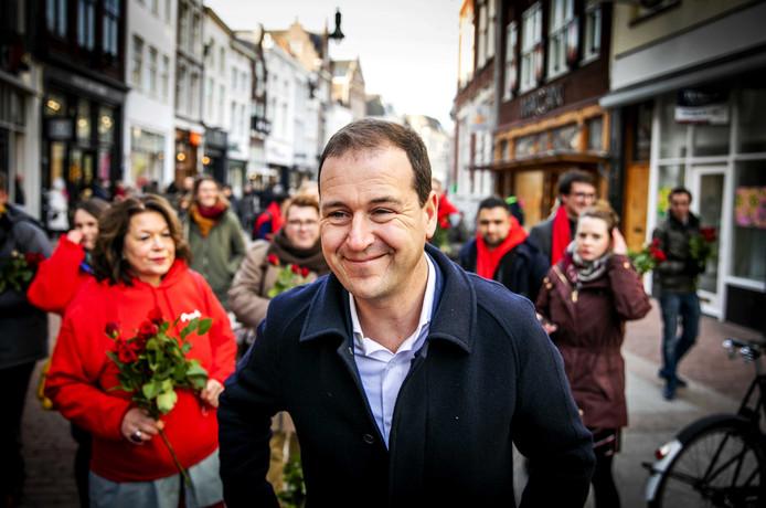 Lodewijk Asscher in het centrum van Den Bosch voor een flyeractie tijdens het partijcongres van de Partij van de Arbeid.