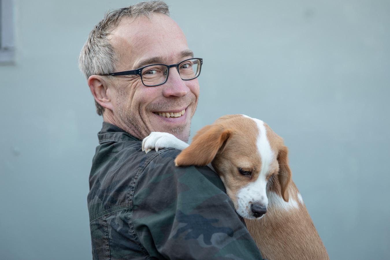 Roland van Tilborg met hond Cas.