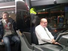 Mark Rutte stapt in voor ritje bij buschauffeur Fred Teeven