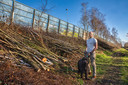 Harold van der Valk woont vlak bij de A16 aan de Rijsbergseweg en liet de bomenkap op het talud stoppen.