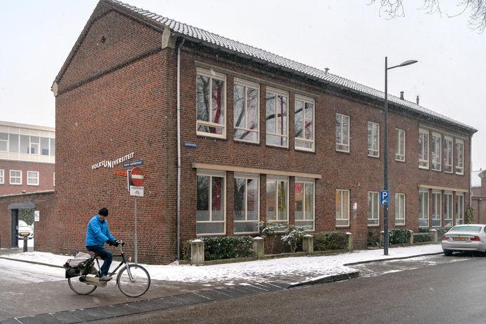 Het bestuur van de Volksuniversiteit Den Bosch ziet het aantal inschrijvingen sterk dalen. ,,Als stichting zonder reserves kunnen we binnenkort niet meer aan onze betalingsverplichtingen voldoen.''