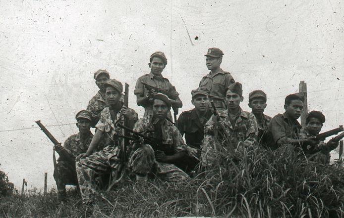 Groepsfoto van een aantal KNIL-militairen.