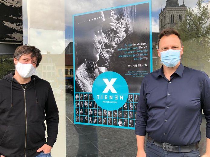 Oprichters Steven Massart en Sven Leysen van WE ARE TIENEN met één van de stickers.