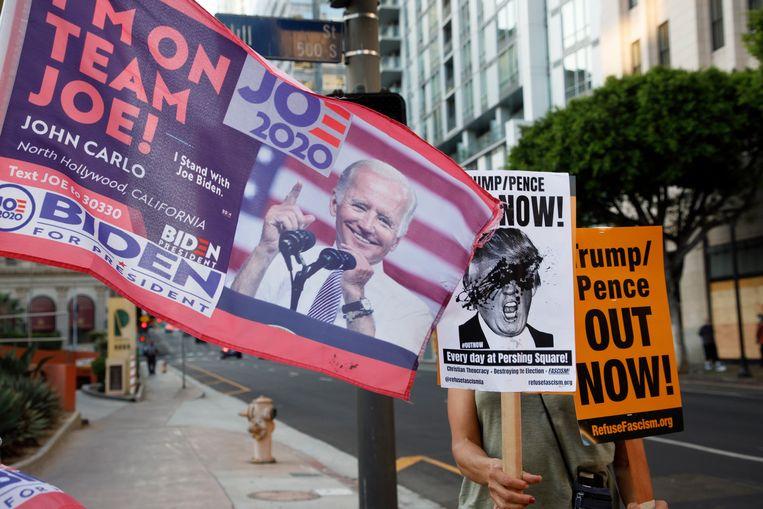 Demonstranten in Los Angeles tonen hun steun voor de Democratische kandidaat Joe Biden. Ze eisen dat alle stemmen worden geteld. De demonstratie is een reactie op het besluit van Donald Trump om het tellen van de stemmen in verschillende staten te stoppen via rechtszaken. Beeld EPA