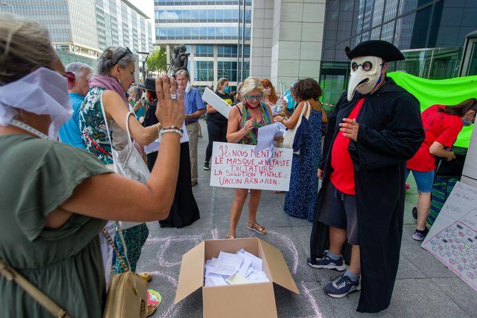 Tijdens een betoging van Viruswaanzin begin deze maand werden een hondertal 'ontslagbrieven' verzameld voor viroloog Marc Van Ranst.