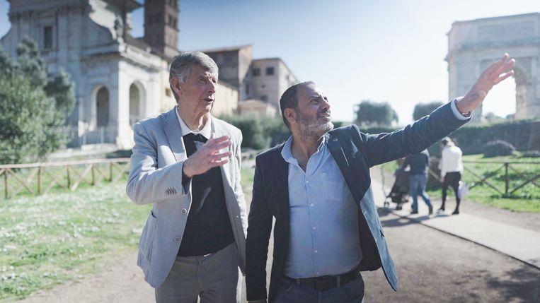 Presentator Kefah Allush (rechts) wordt in zijn zoektocht bijgestaan door wetenschapper Fik Meijer, die duiding geeft. Beeld EO