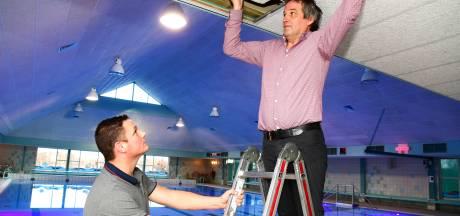Lat langs plafond zwembad Dedemsvaart na twintig jaar losgeraakt