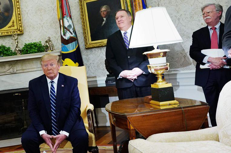 Amerikaans president Donald Trump met minister van Buitenlandse Zaken Mike Pompeo en Nationaal Veiligheidsadviseur John Bolton.  Beeld AFP