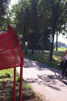Politie zoekt overvaller Weurt die op een gehavende scooter met een lekke band reed