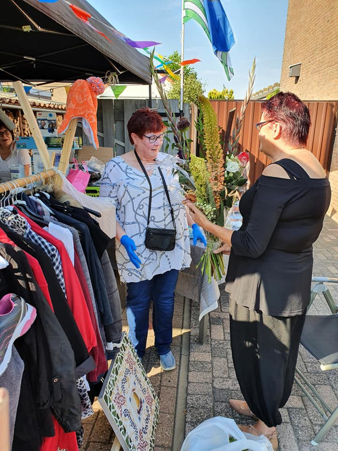 Nellie Witte (l) uit Stellendam is de bedenker van de tuintjesmarkten.