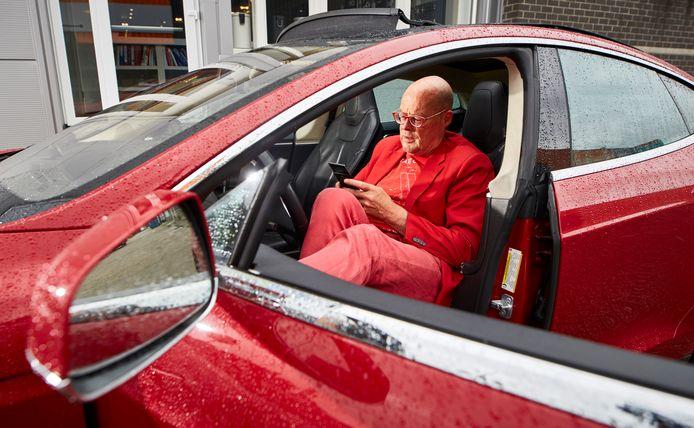 Vincent Everts achter het stuur met smartphone in de hand