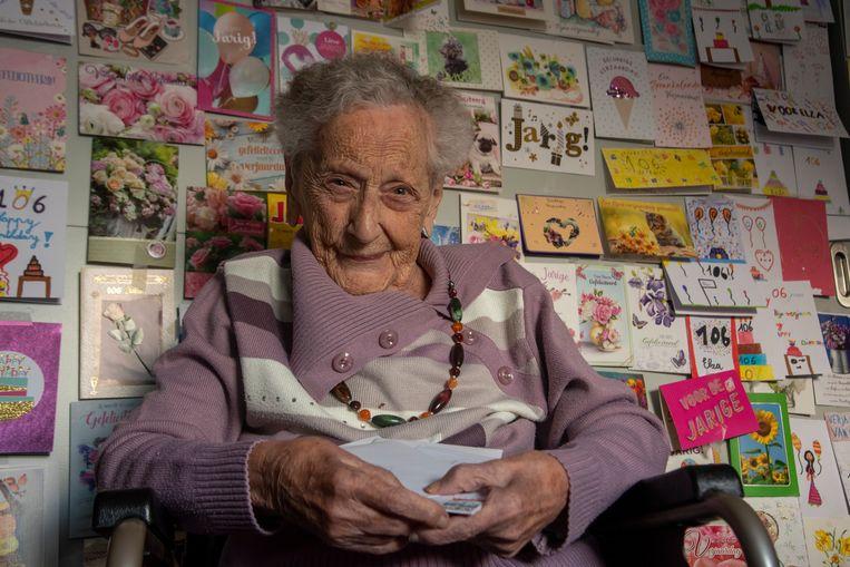 Elza Roels viert op 1 december haar 106de verjaardag. Meer dan 250 kaartjes sieren de muren van haar kamer.