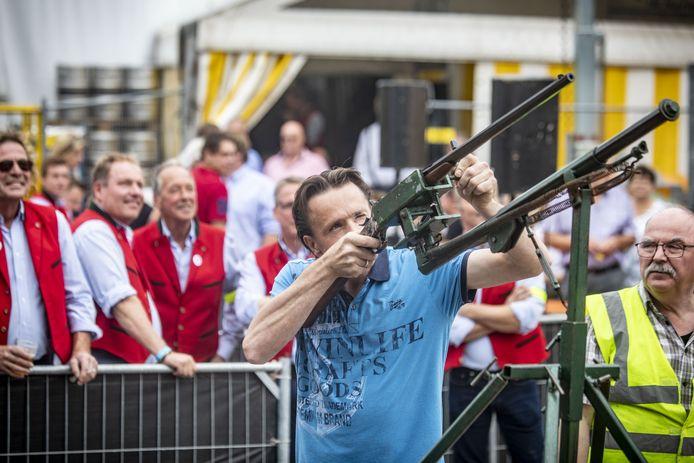 Arjan Kroezen legt aan en wordt de teamkoning bij het vogelschieten, het hoogtepunt van de volks- en schuttersfeesten in Tubbergen. Jos Groothuis kroonde zich tot schutterskoning.