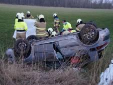 Automobiliste raakt gewond als auto op dak in weiland belandt in Oudheusden