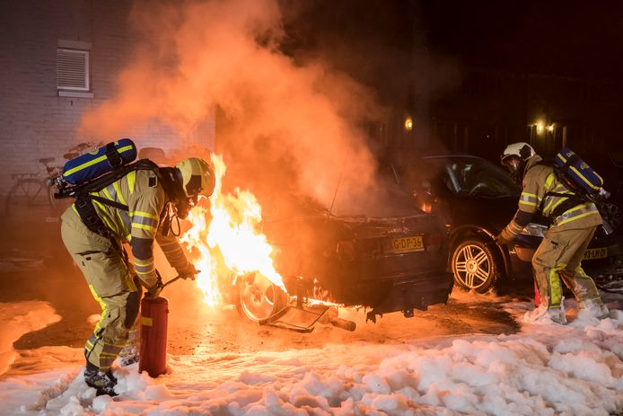Brandweer in actie bij het blussen van een autobrand in Houten.