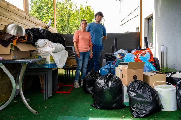 Erika en Bryan uit Dendermonde willen niet zomaar toekijken en schieten de bewoners van het getroffen dorpje Sy ter hulp.